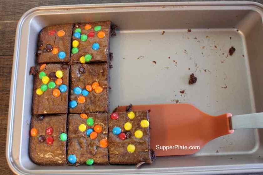 Brownie pan 6a removing brownies