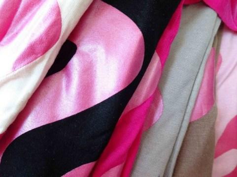 Barbie Fringe Tee - detail warna (dari kiri white-black-fanta-grey-brown-pink)