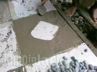 Ratakan adukan sampai sejajar dengan permukaan keramik.