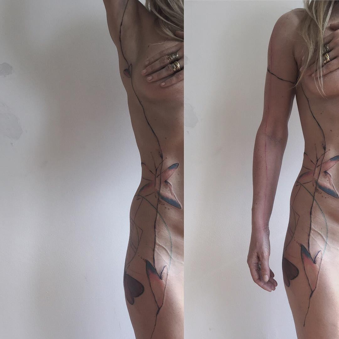 Tetování jehlou podlehla také Kateřina Kaira Hrachovcová