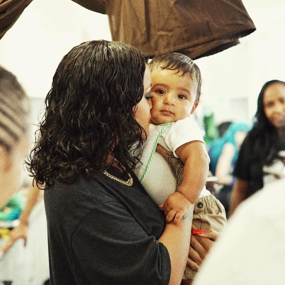To se hned tak nevidí, oplácaná Rihanna v obyčejném černém triku a s dítětem v náručí