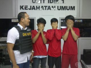 Tiga tersangka perampasan yang masih di bawah umur ditangkap unit Jatanum Polrestabes Surabaya. (FOTO : Parlin/surabayaupdate)