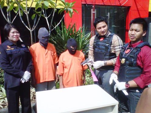 Bunain dan Rahman, dua tersangka pembacokan anggota POM AD yang ditangkap Polres Pelabuhan Tanjung Perak Surabaya.