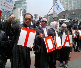 Beberapa anggota Peradi Jawa Timur yang ikut berunjuk rasa di depan gedung DPR RI untuk menolak RUU Advokat. (FOTO : parlin/surabayaupdate.com)