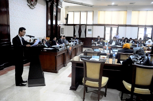 Rapat Paripurna DPRD Kota Surabaya yang diwarnai intrupsi dari anggota dewan lainnya. Mereka tidak setuju dengan jumlah Banggar dan Banmus.