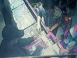 Seorang tersangka pencurian emas terekam kamera CCTV toko emas, saat akan menjual perhiasan hasil kejahatannya.