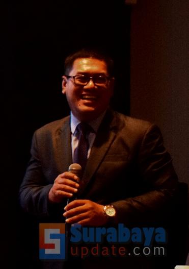 GM Strategic & Corporate Communication Indonesia Crown International Holding Group, Bagus Sukmana sedang menjelaskan tentang proyek prestisius Crown Group di tahun 2019. (FOTO : parlin/surabayaupdate.com)