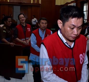 Trio bos Sipoa usai menjalani persidangan di PN Surabaya. (FOTO : parlin/surabayaupdate.com)