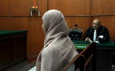 Saidah Saleh Syamlan, terdakwa dugaan tindak pidana pencemaran nama baik melalui media sosial saat disidang di PN Surabaya. (FOTO : dokumen pribadi untuk surabayaupdate.com)