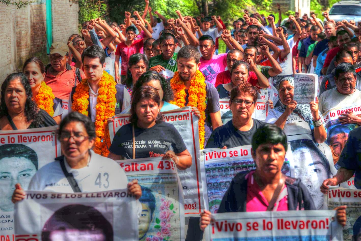 Padres de los 43 normalistas desaparecidos desde hace 35 meses, reciben a los integrantes del mecanismo de seguimiento de la Comisión Interamericana de Derechos Humanos (CIDH), encabezados por la Relatora para México, Esmeralda Arosemena de Troitiño. Foto: Jessica Torres Barrera