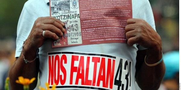 Una manifestante durante la marcha de ayer en apoyo a los estudiantes desaparecidos de Ayotzinapa Foto: Agencia Reforma