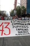 Cientos de ue participantes en la movilización por los normalistas desaparecidos de Ayotzinapa, principalmente de organizaciones campesinas y estudiantes, y de la Universidad Nacional Autónoma de México (UNAM) y la Universidad Autónoma Metropolitana (UAM). Foto: Agencia Reforma