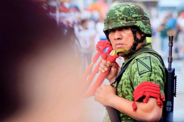 El soldado al frente de la banda de guerra mira por un instante al fotógrafo. Foto: Augusto López.