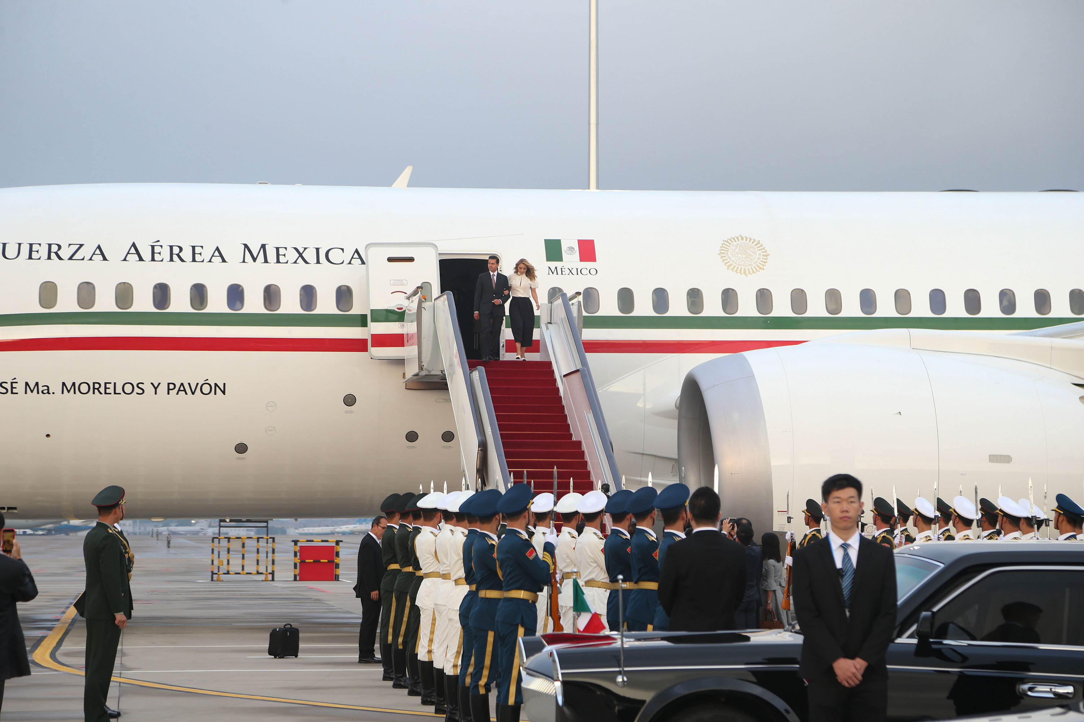 MEX53 XIAMEN (CHINA),03/09/2017.- Fotografía cedida por la Casa Presidencial hoy, domingo 3 de septiembre de 2017, del Presidente de México Enrique Peña Nieto (i) y su esposa Angélica Rivera (d) quienes fueron recibidos por el vicegobernador de la Provincia de Fujian, Li Dejin, a su arribo a la provincia de Fujian, en la República Popular China, donde participará en un Diálogo de Economías Emergentes y Países en Desarrollo, que se celebra a invitación del Presidente de China en el marco de la IX Cumbre de países BRICS. EFE/PRESIDENCIA DE MÉXICO/SOLO USO EDITORIAL