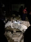 (170908) -- CHIAPAS, septiembre 8, 2017 (Xinhua) -- Imagen cedida por la Organización Editorial Mexicana (OEM) del cuerpo de una víctima junto a escombros luego de un sismo en Tuxtla Gutierréz, estado de Chiapas, México, el 8 de septiembre de 2017. El Servicio Sismológico Nacional (SSN) de México ajustó de 8 a 8,4 la magnitud del sismo que sacudió la noche del jueves al menos seis estados mexicanos, la Ciudad de México, y se sintió también en varios países centroamericanos. (Xinhua/OEM) (vf) (ce) ***MAXIMA CALIDAD DE ORIGEN***