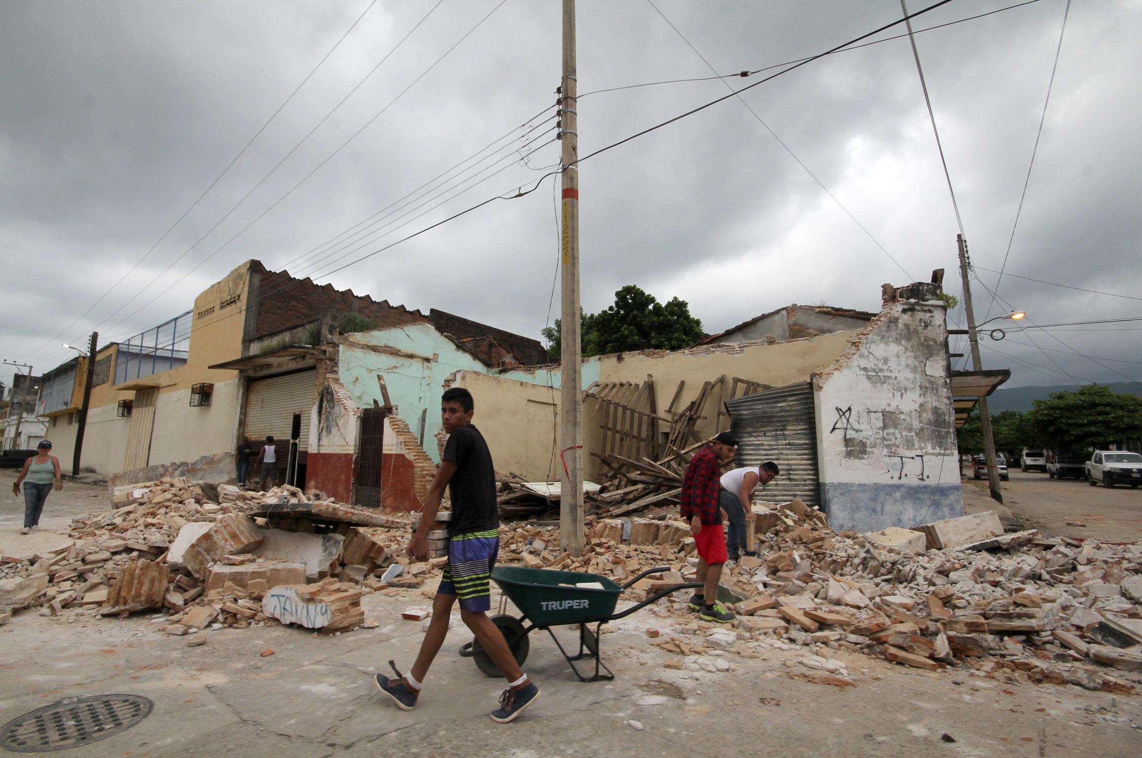 (170908) -- CHIAPAS, septiembre 8, 2017 (Xinhua) -- Personas reaccionan en una zona dañada por un sismo en Tonalá, estado de Chiapas, México, el 8 de septiembre de 2017. Al menos 61 personas murieron y decenas resultaron heridas en el sur de México por el sismo más potente registrado en el país en un siglo, de 8,2 grados, causando daños mayores a empobrecidos poblados, informaron las autoridades. (Xinhua/Str) (ma) (da)