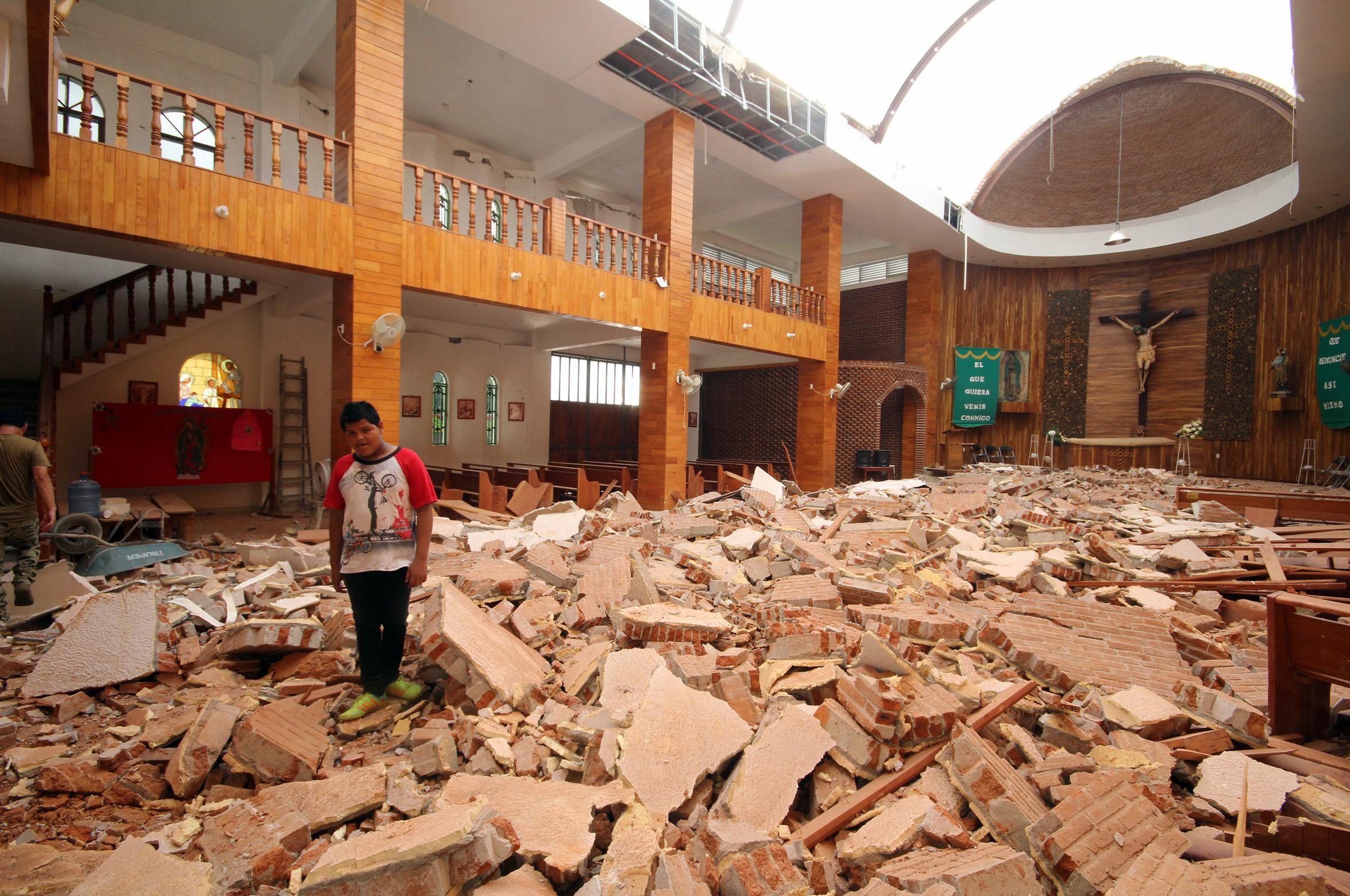 (170911) -- CHIAPAS, septiembre 11, 2017 (Xinhua) -- Imagen del 8 de septiembre de 2017, de un joven reaccionando dentro de una iglesia dañada por un sismo en Tonalá, estado de Chiapas, México. Al menos 61 personas murieron y decenas resultaron heridas en el sur de México por el sismo más potente registrado en el país en un siglo, de 8,2 grados, causando daños mayores a empobrecidos poblados, informaron las autoridades. (Xinhua/Str) (da) (rtg)