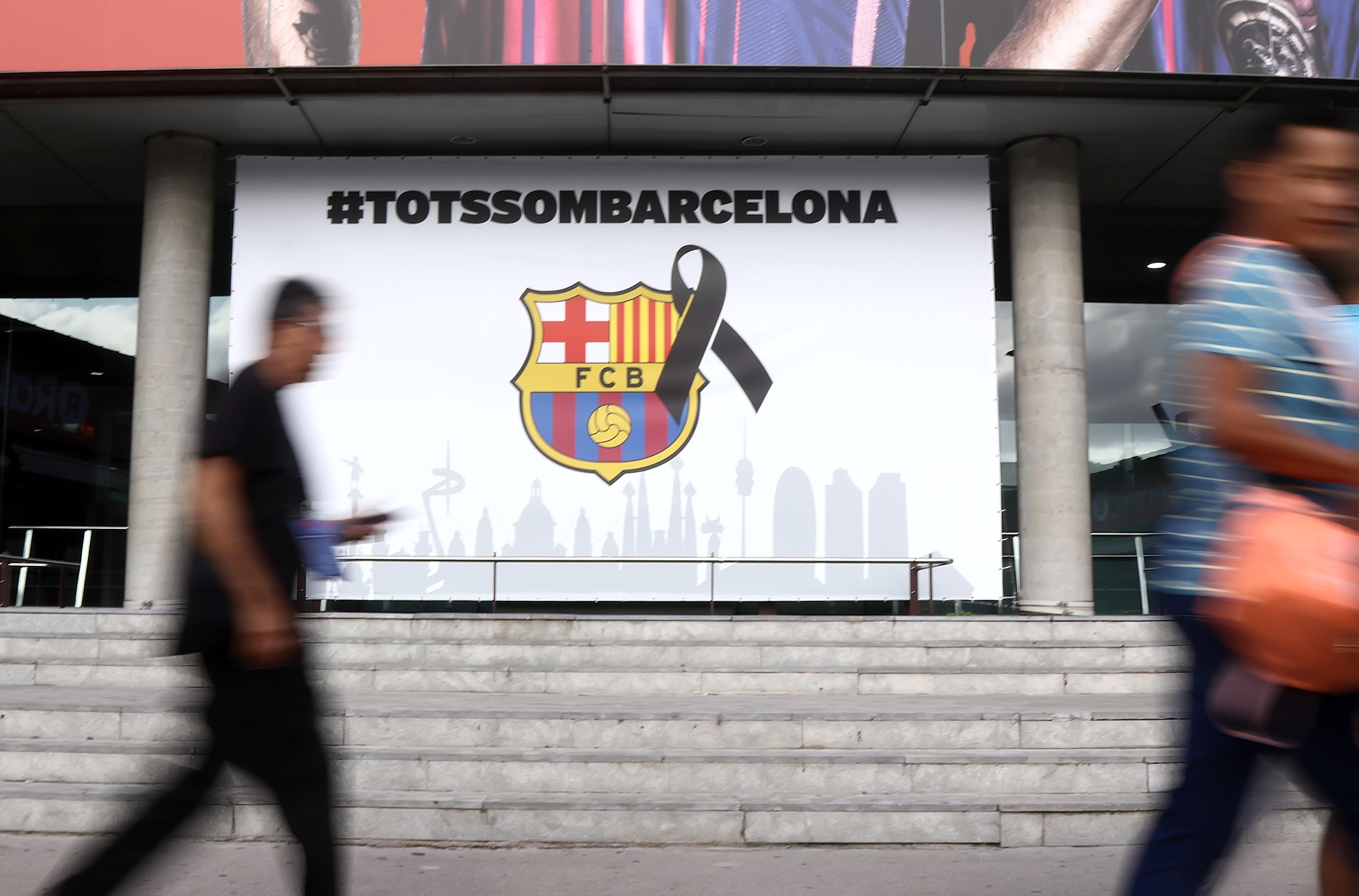 """(170820) -- BARCELONA, agosto 20, 2017 (Xinhua) -- Personas caminan frente a una imagen que dice """"Todos somos Barcelona"""", previo al partido de La Liga española, entre Barcelona y Real Betis, celebrado en el estadio Camp Nou en Barcelona, España, el 20 de agosto de 2017. (Xinhua/Rex Shutterstock/ZUMAPRESS) (ma) (fnc) ***DERECHOS DE USO UNICAMENTE PARA NORTE Y SUDAMERICA***"""