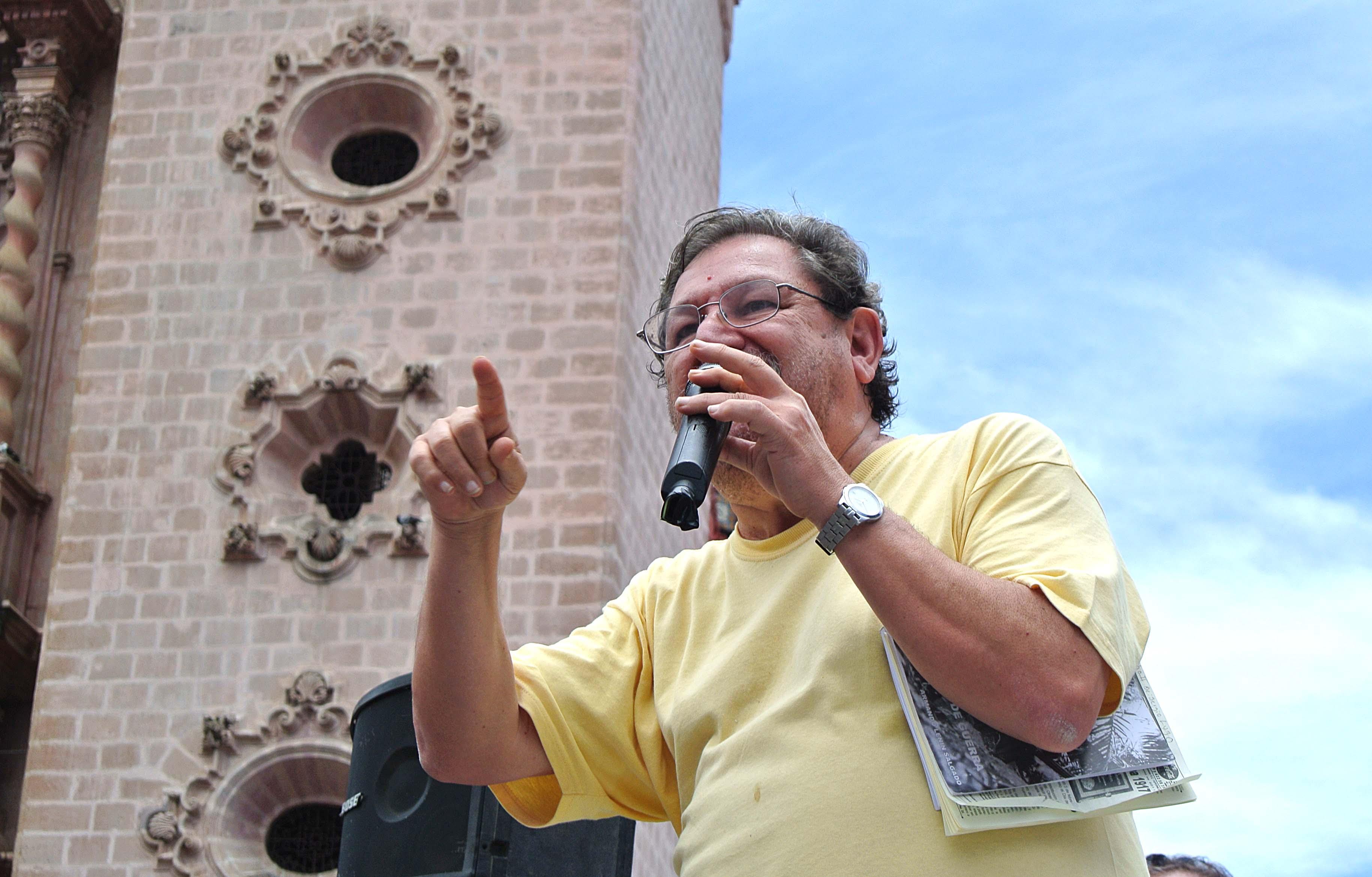 cv-ignacio-taibo-mineros-taxco.jpg: El escritor y luchador social, Paco Ignacio Taibo, en su cercanía con los mineros y la gente en la marcha por los 7 años de huelga minera en Taxco. Foto: Claudio Viveros.