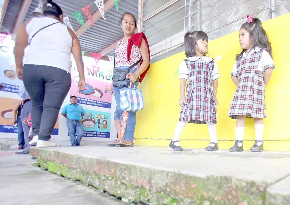 ec-alumnas-kinder-aaron-m-flores-piso-escuela-fracturado color