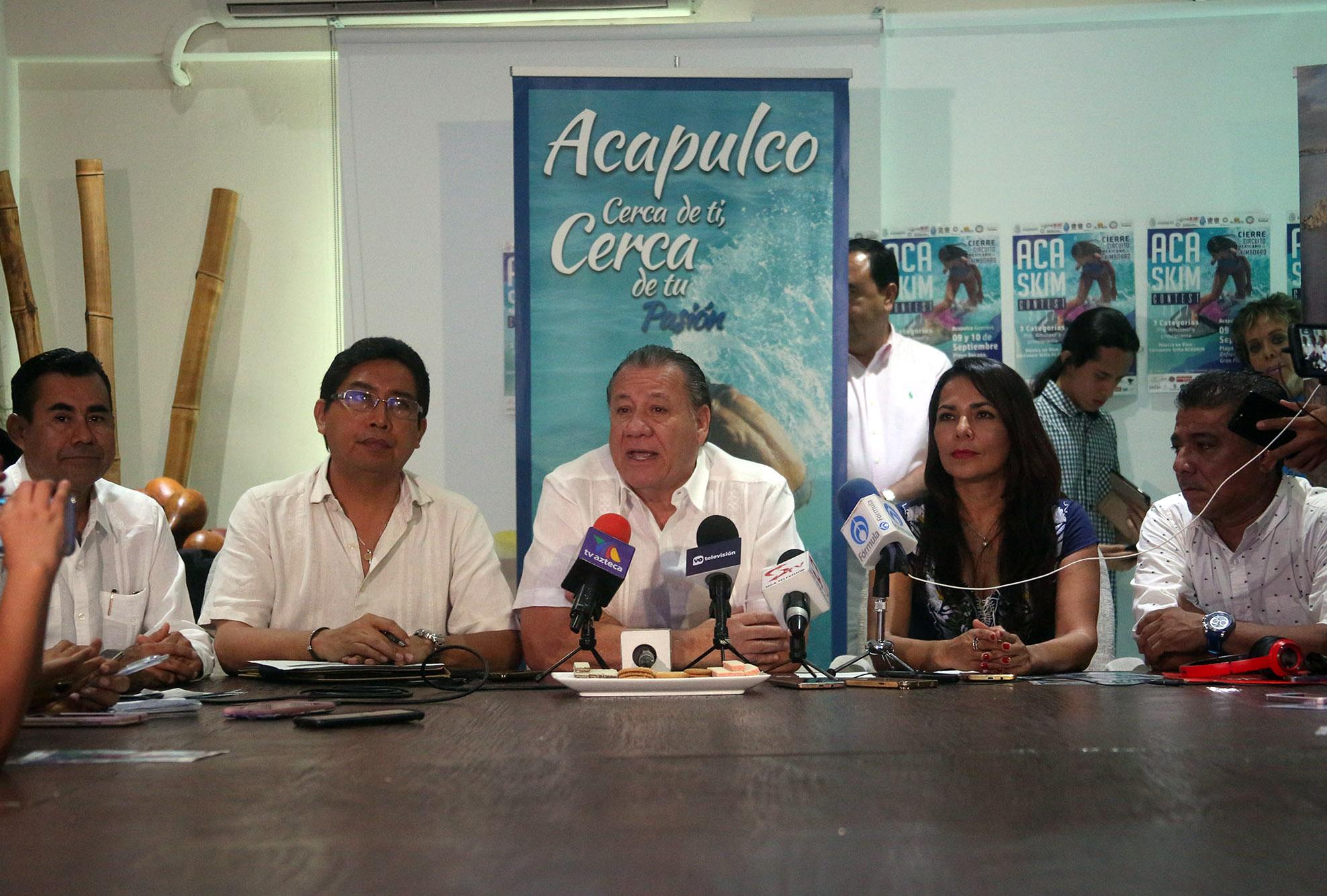 Acapulco,Gro/05septiembre2017/ El secretario de Turismo  del gobierno del estado, Ernesto Rodríguez al presidir la conferencia de prensa al presidir la conferencia de prensa, en las oficinas de FIDETUR. Foto: Jesús Trigo