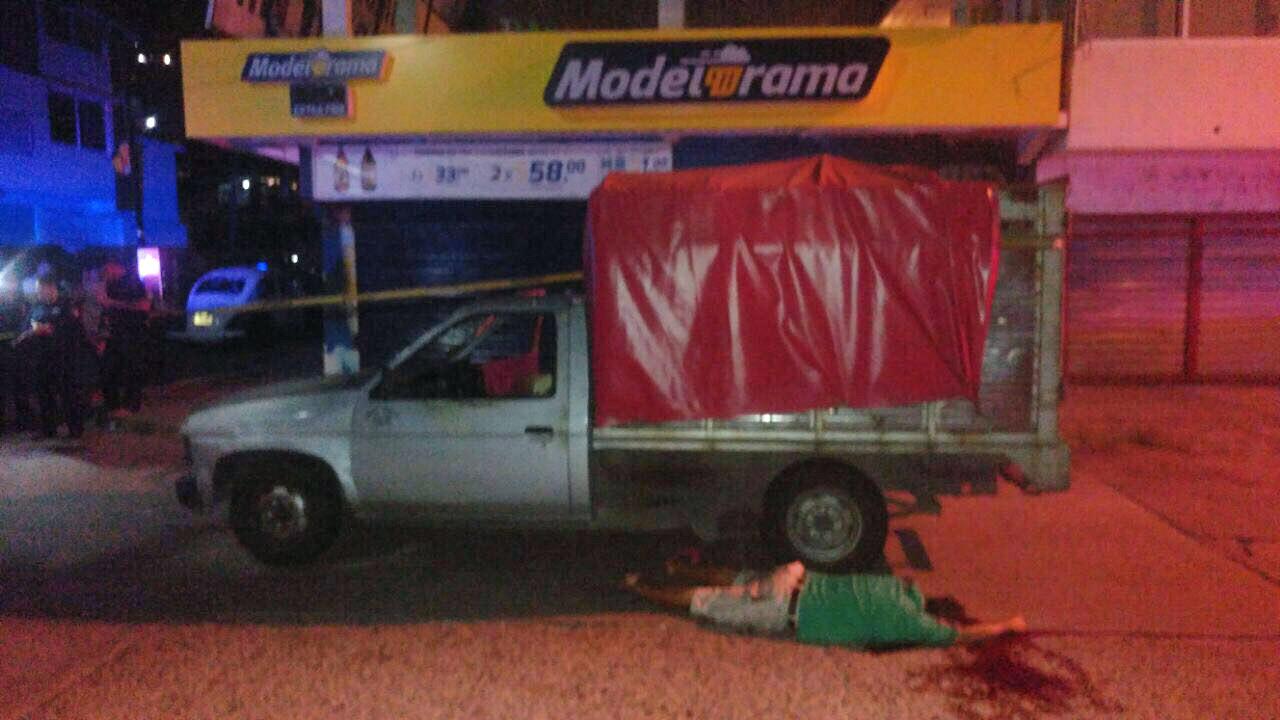 s-familia-acribillada-camioneta-colonia-bellavista.jpg: Acapulco, Gro. 07septiembre2017. / Uno de los integrantes de una familia que fue acribillada a balazos adentro de una camioneta en la colonia Bellavista, colindante con la transita avenida Ejido. Foto: El Sur.