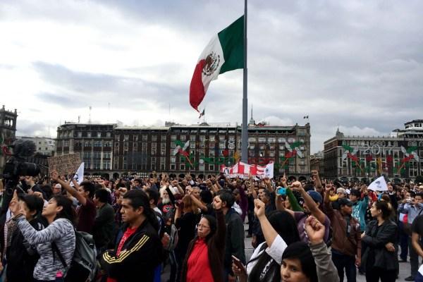 Estudiantes, activistas y miembros de organizaciones en el Zócalo de la Ciudad de México, participan en el mitin luego de la marcha conmemorativa de la masacre de estudiantes en Tlatelolco del 2 de octubre de 1968. Foto: Vania Pigeonutt