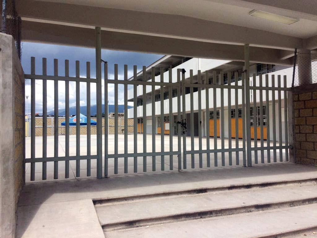 dn-escuela-cerrada-chilapa-desde-hace-un-mes.jpg: Chilapa, Gro. 30octubre2017. / Escuelas cerradas desde hace más de un mes en Chilapa; en la gráfica las tradicionales secundaría técnica Ignacio Manuel Altamirano y la secundaria general Benito Juárez. Foto: Luis Daniel Nava.