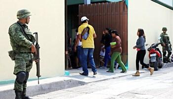 Militares vigilan la salida de la Primaria Federal Justo Sierra en el centro de Chilapa, a donde llegaron a clases casi la mitad de los 800 alumnos, y donde 20 alumnos causaron baja debido a la violencia en la región. Foto: Luis Daniel Nava