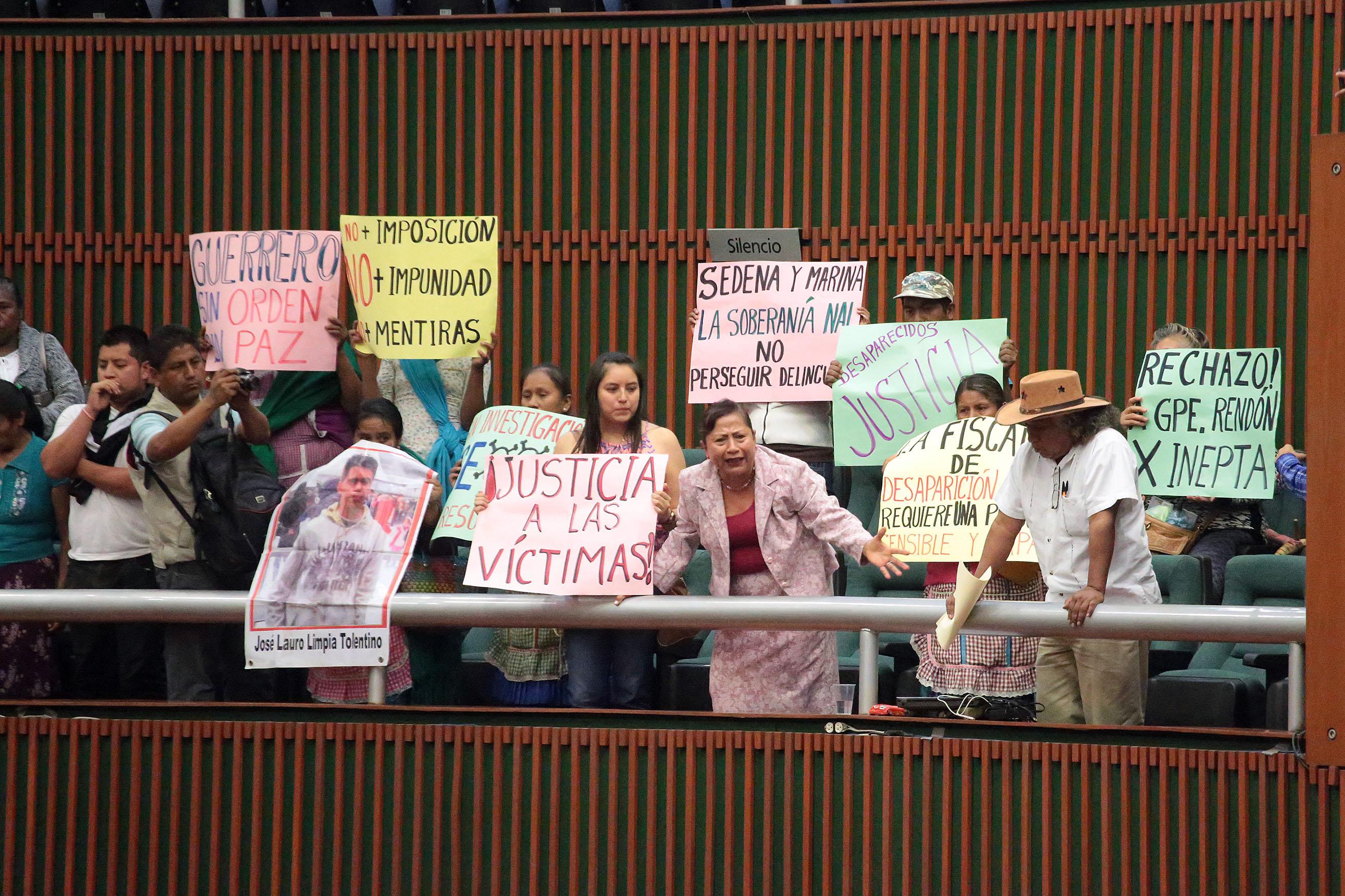 jnt-protesta-familiares-desaparecidos-pleno-colectivos.jpg: Chilpancingo, Guerrero 14 de diciembre del 2017// Familiares de desaparecidos de Iguala, Chilpancingo, Acapulco y Chilapa que se oponen a la designación de María Guadalupe Rendón Ramírez en la Fiscalía Especializada en Desaparición Forzada y Búsqueda de Personas Desaparecidas irrumpieron en el pleno del Congreso luego de que fueron sacados por guardias de seguridad, por instrucciones de los diputados locales. Foto: Jessica Torres Barrera