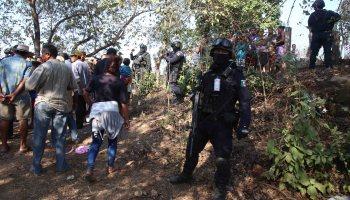 Policías estatales resguardan el sepelio de los seis vecinos de la comunidad de La Concepción, que murieron en el enfrentamiento con policías comunitarios de Los Bienes Comunales de Cacahuatepec el domingo en la madrugada. Foto: Carlos Alberto Carbajal