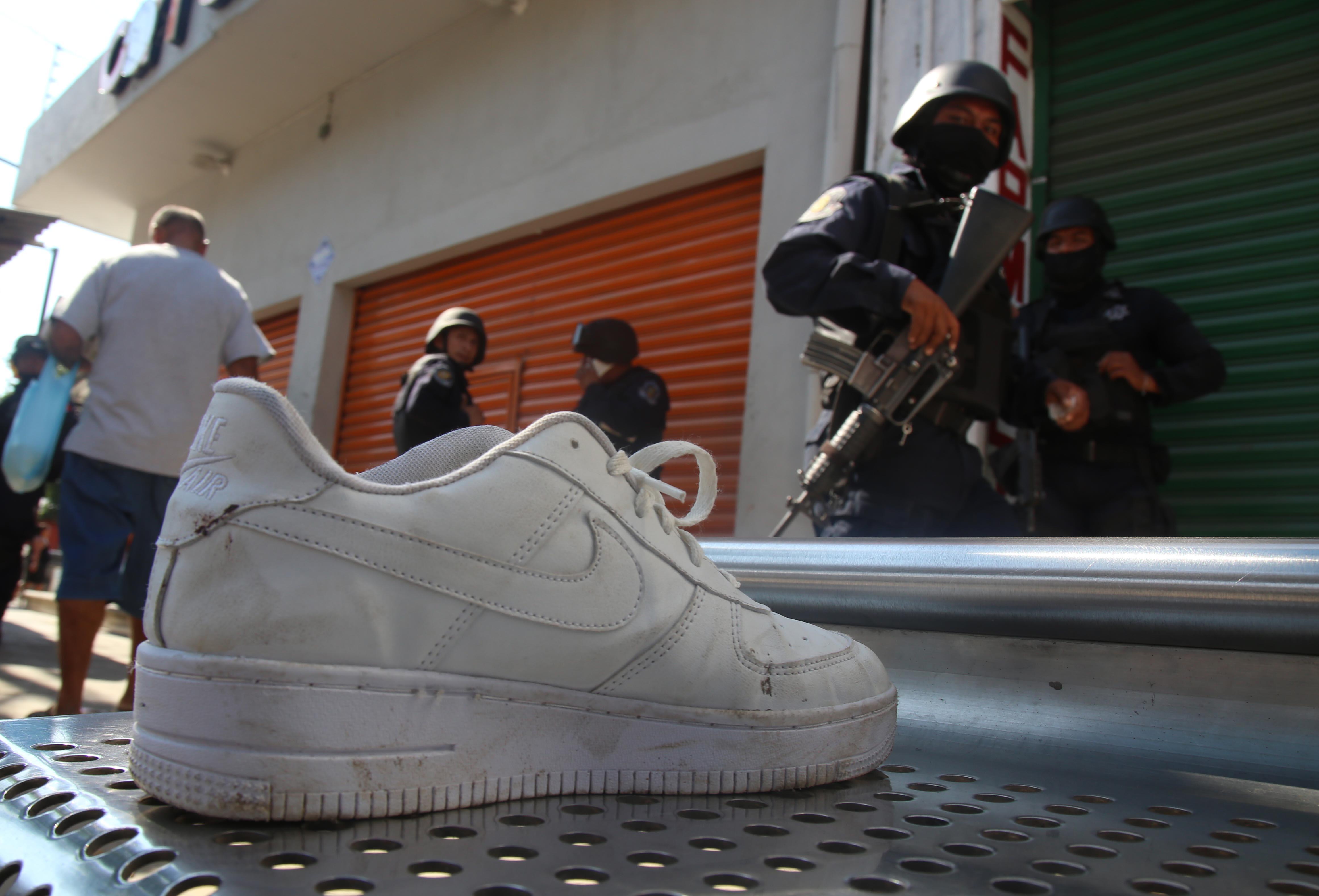 10-Enero-2108 Acapulco,Gro. El tenis de uno de los hombres que resultaron heridos en el enfrentamiento entre hombre armados en el boulevard Vicente Guerrero, al fondo policías estatales vigilan la zona. Foto: Carlos Alberto Carbajal
