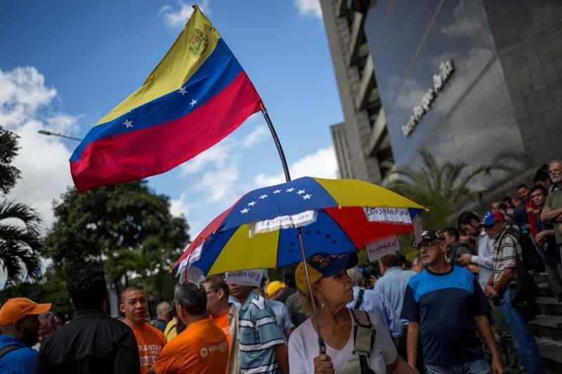 concentración de opositores frente a la ONU, foto EFE, 120318