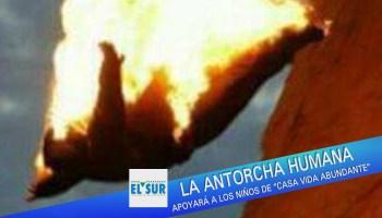 Clavadista conocido como la Antorcha Humana salta en llamas desde La Quebrada, en Acapulco Guerrero.