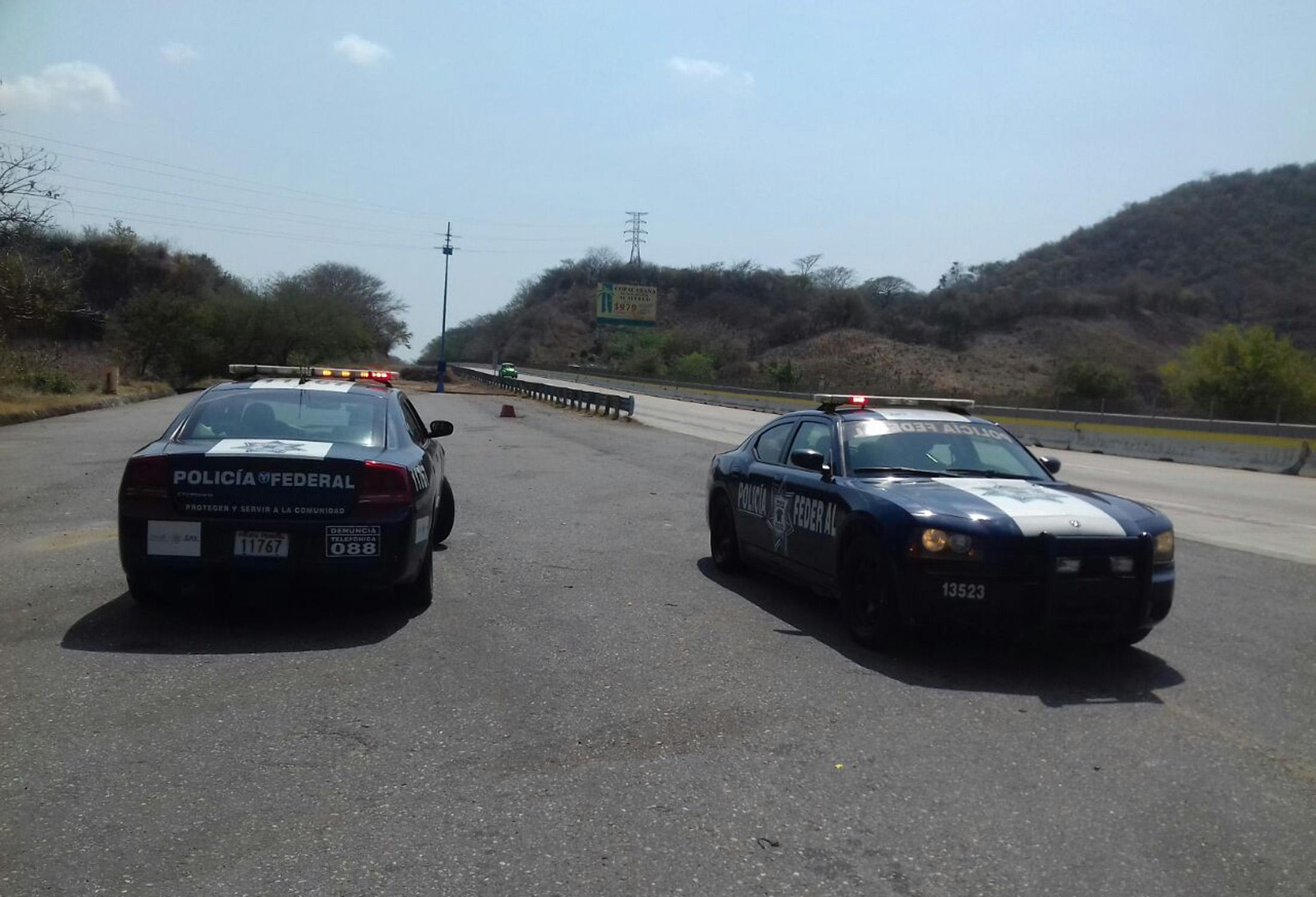 s-patrullas-federales.jpg//Acapulco Gro. 11 de marzo de 2018// Agentes de la Policía Federal y Policía del Estad realizaron un operativo de seguridad para brindar seguridad a los automovilistas en la Autopista del Sol y la carretera federal Chilpancingo – Iguala. Foto: El Sur.