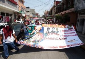 Unos 100 maestro de la CETEG, marchan en la conmemoración del Día del Maestro en varias avenidas de Chilpancingo, donde protestaron contra la reforma educativa y el nombramiento del nuevo fiscal estatal. Foto: Eric Chavelas Hernández