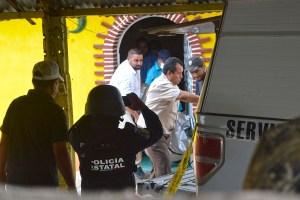Un policía estatal fotografía el levantamiento del cuerpo de un hombre propietario de un taller en El Ocotito, municipio de Chilpancingo. Foto: José Luis de la Cruz