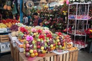 Un espacio dedicado a la venta de flores canastas de frutas para la celebración del Día de las Madres, en el mercado Baltazar R. Leyva Mancilla de Chilpancingo. Foto: Jessica Torres Barrera