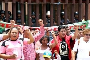 Maestros de la CETEG, en un mitin para conmemorar el Día del Maestro afuera del Congreso local, que estuvo resguardado por policías antimotines. Foto: Eric Chavelas Hernández