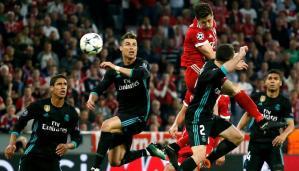 Cristiano Ronaldo (2i) y Daniel Carvajal (2d) del Real Madrid disputan el balón con Robert Lewandowski (c) del Bayern de Munich durante un partido el pasado mes de abril.
