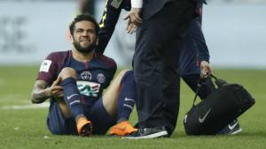 El brasileño Dani Alvez sale lesionado del terreno de juego.