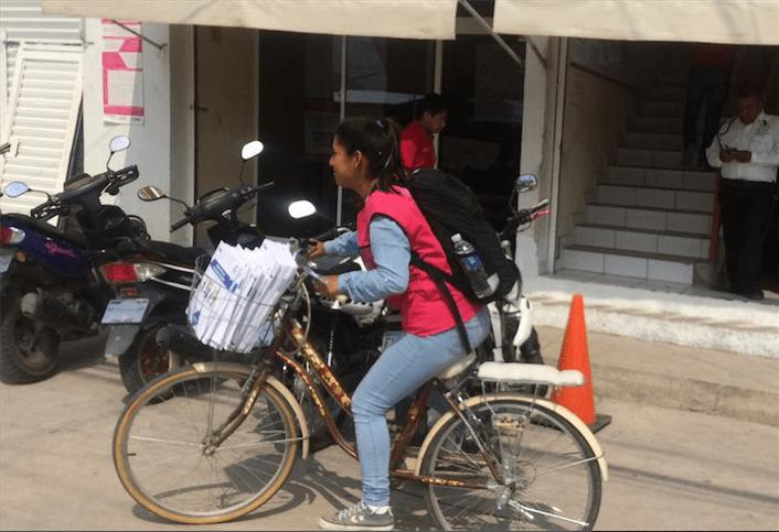 (En la imagen, una capacitadora  de la Junta Distrital 06 con sede en Chilapa sale a trabajar. Foto: Luis Daniel Nava)