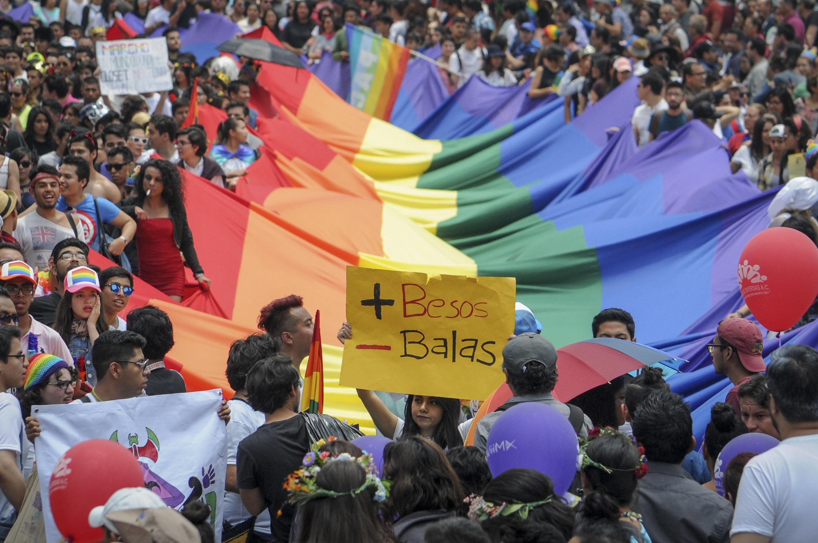 """CIUDAD DE MÉXICO, 24JUNIO2016.- Miles de personas participaron en la edición XXXVIII de la Marcha del Orgullo LGBTTTI que partió del Ángel de la Independencia hacia el zócalo capitalino. El tema de este año fue """"familias diversas"""". El algunos contingentes las protestas recordaron la masacre ocurrida en Orlando hace un par de semanas en un bar gay.  FOTO: DIEGO SIMÓN SÁNCHEZ /CUARTOSCURO.COM"""