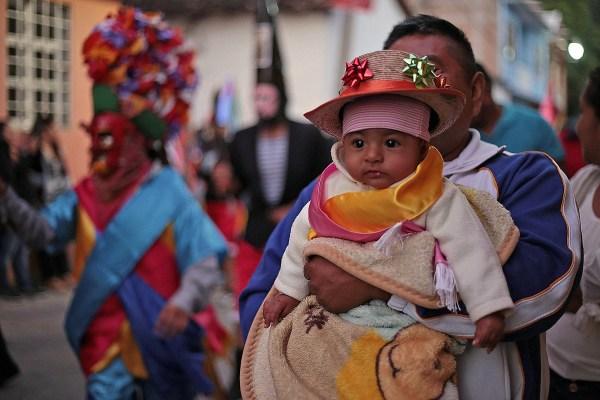 Una niña integrante de la danza de Los Moros, en la fiesta de la Santa Patrona de Mochitlán, Santa Anita. Foto: Jessica Torres Barrera