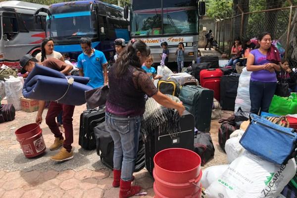 Los 211 jornaleros migrantes salen de Chilapa hacia el estado de Sonora, donde trabajarán en plantíos de chile para ganarse unos 190 pesos por jornal ante la falta de oportunidades y de trabajo en sus comunidades. Foto: Lenin Ocampo Torres