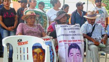 Padres de los 43 estudiantes desaparecidos de Ayotzinapa asistieron ayer al 15 aniversario del CECOP, en la comunidad de Huamuchitos. Foto: Carlos Alberto Carbajal