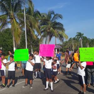 Padres de estudiantes de la primaria Venustiano Carranza ubicada en Altos del Miramar, Acapulco, cerraron el plantel y bloquearon de manera intermitente el bulevar de Las Naciones, y protestaron afuera de la Promotora Turística (Protur) para exigir un maestro para el sexto año grupo A. Foto: Karina Contreras