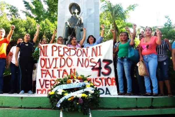 Integrantes de diferentes organizaciones sociales en el monumento a Lucio Cabañas en el Zócalo de Atoyac. Foto: Francisco Magaña
