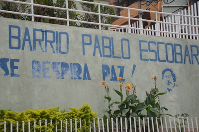"""ARCHIVO - Uno de los barrios financiados por el narcotraficante Pablo Escobar, en Medellín. En algunos lugares, sin embargo, ya no queda mucho que recuerde el sufrimiento que está relacionado con ellos. La mansión que en su día fue propiedad del jefe de la droga colombiana PabloEscobar es actualmente un zoo y un parque temático.  (Vinculado al texto de dpa """"Crímenes y desastres naturales: la fascinación por el turismo oscuro"""" del 26/09/2018) Foto: Georg Ismar/dpa"""