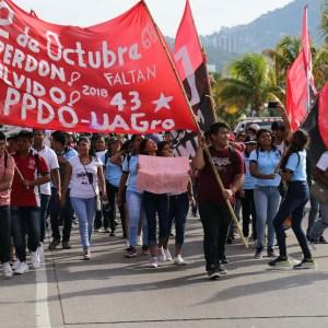 Estudiantes de Preparatorias Populares marchan en la Costera de Acapulco en conmemoración de la masacre de estudiantes del 2 de octubre de 1968. Foto: Carlos Alberto Carbajal